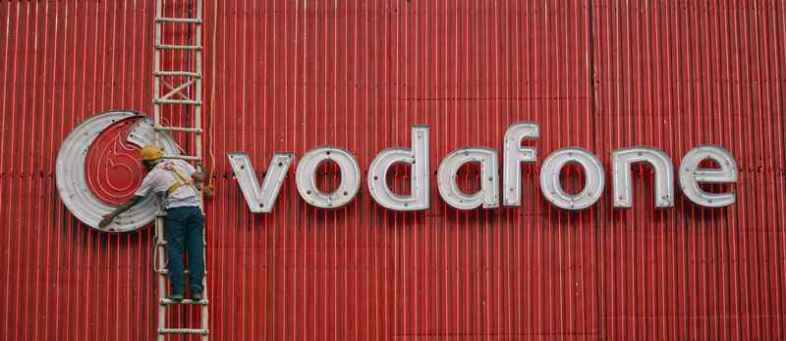 British giant Vodafone posts € 7.6 billion annual loss, slashes dividend 40%.jpg