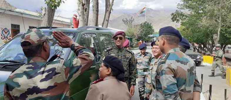 Mahendra Singh Dhoni completes army training, tricolors fly in Ladakh (0).jpg