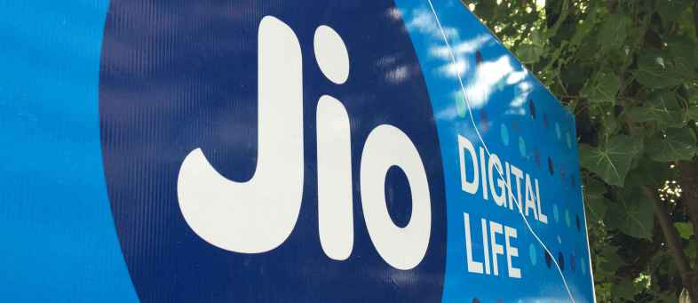These 4 banks will give a loan of Rs 27,000 crore to Reliance Jio.jpg