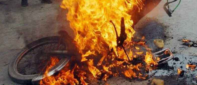 man_sets_own_bike_on_fire_in_gurugram_1541568759_725x725.jpg